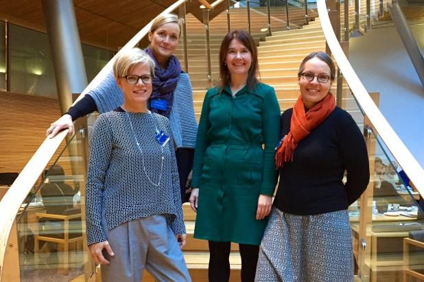 Kansanedustaja Johanna Karimäki ja Hanke viestii -tiimi